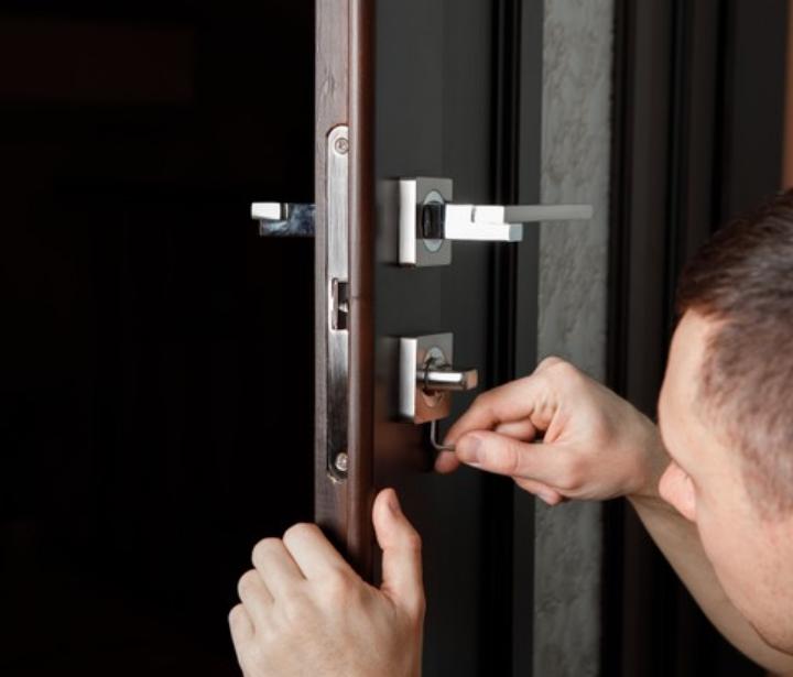 Expert-installateur posant une porte blindée Point Protection